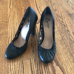 Size 9 black Seychelles heels